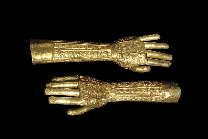 Brazos de oro laminados y ensamblados con diseños repujados. Cultura Lambayeque.