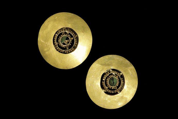 Par de orejeras de oro y crisocola. Cultura Lambayeque.