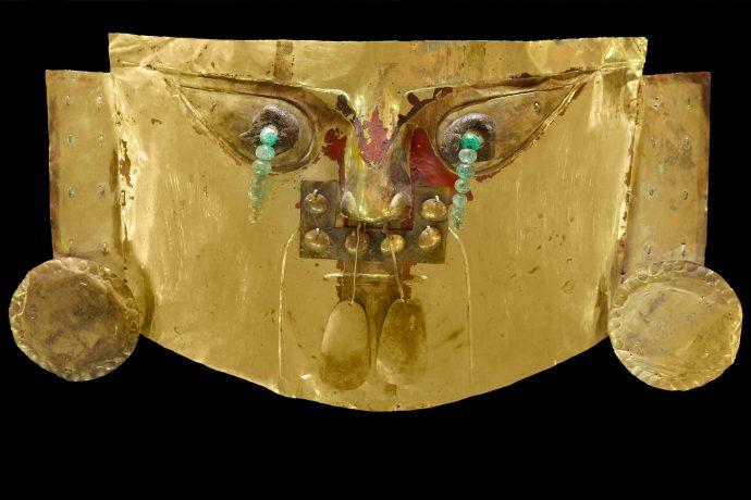 Máscara de oro con lágrimas de esmeralda. Cultura Lambayeque.