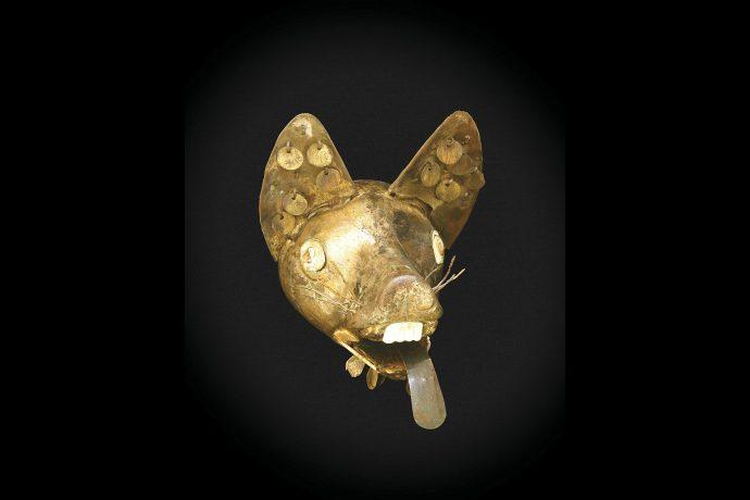 Cabeza de zorro de cobre dorado, laminado y ensamblado. Cultura Vicús.