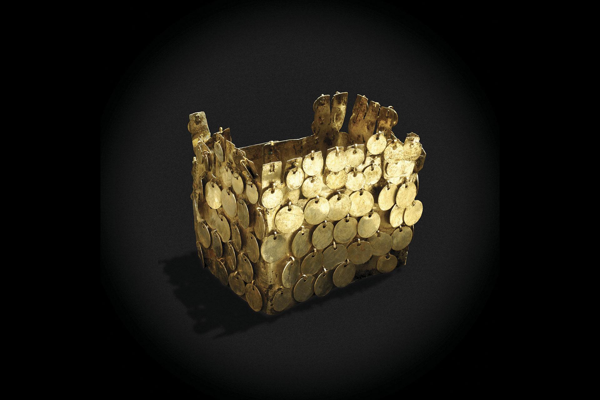 Corona de cobre dorado con lentejuelas. Cultura Vicús.