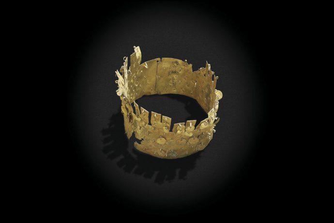 Corona de cobre dorado.Cultura Vicús.