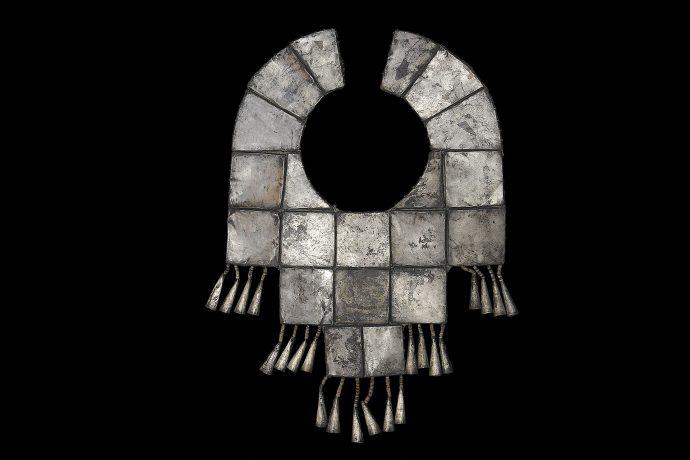 Pectoral laminado por placas de plata. Cultura Chimú.