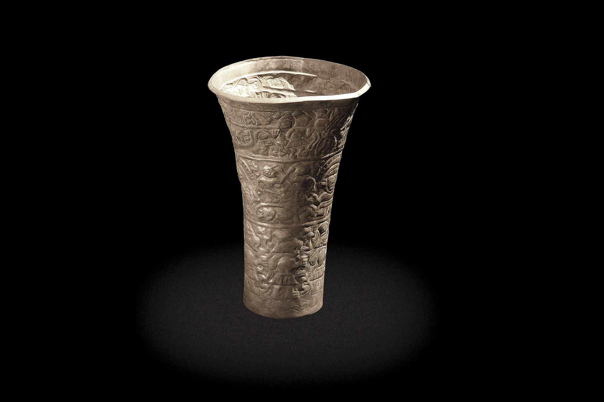 Vaso de plata con escenas de entierros repujadas. Cultura Chimú.