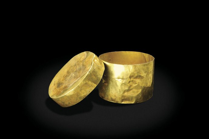 Caja circular de oro para polvos de cinabrio. Cultura Lambayeque.