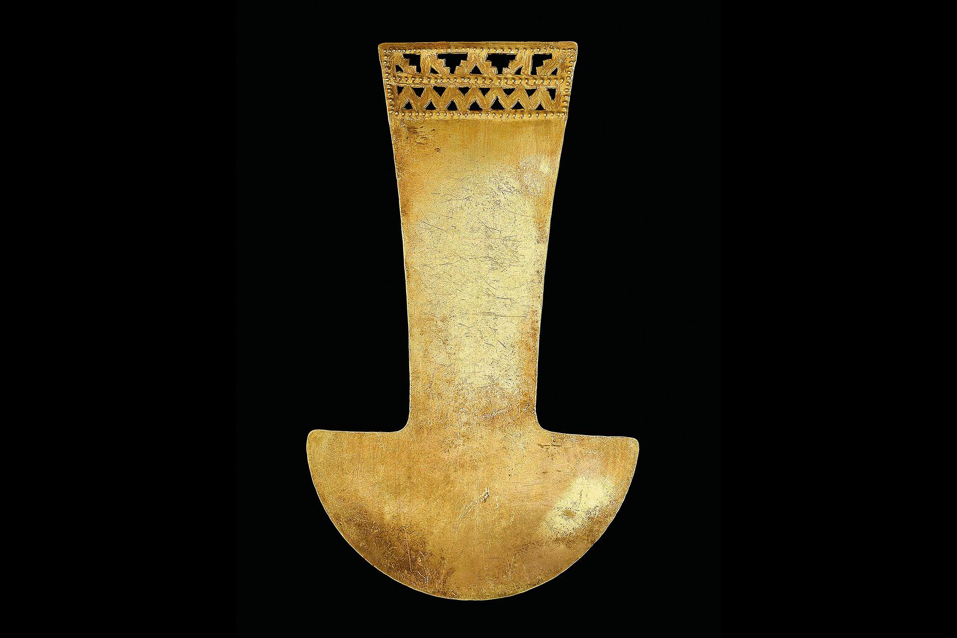 Cuchillo Tumi de oro con decoración calada. Cultura Lambayeque
