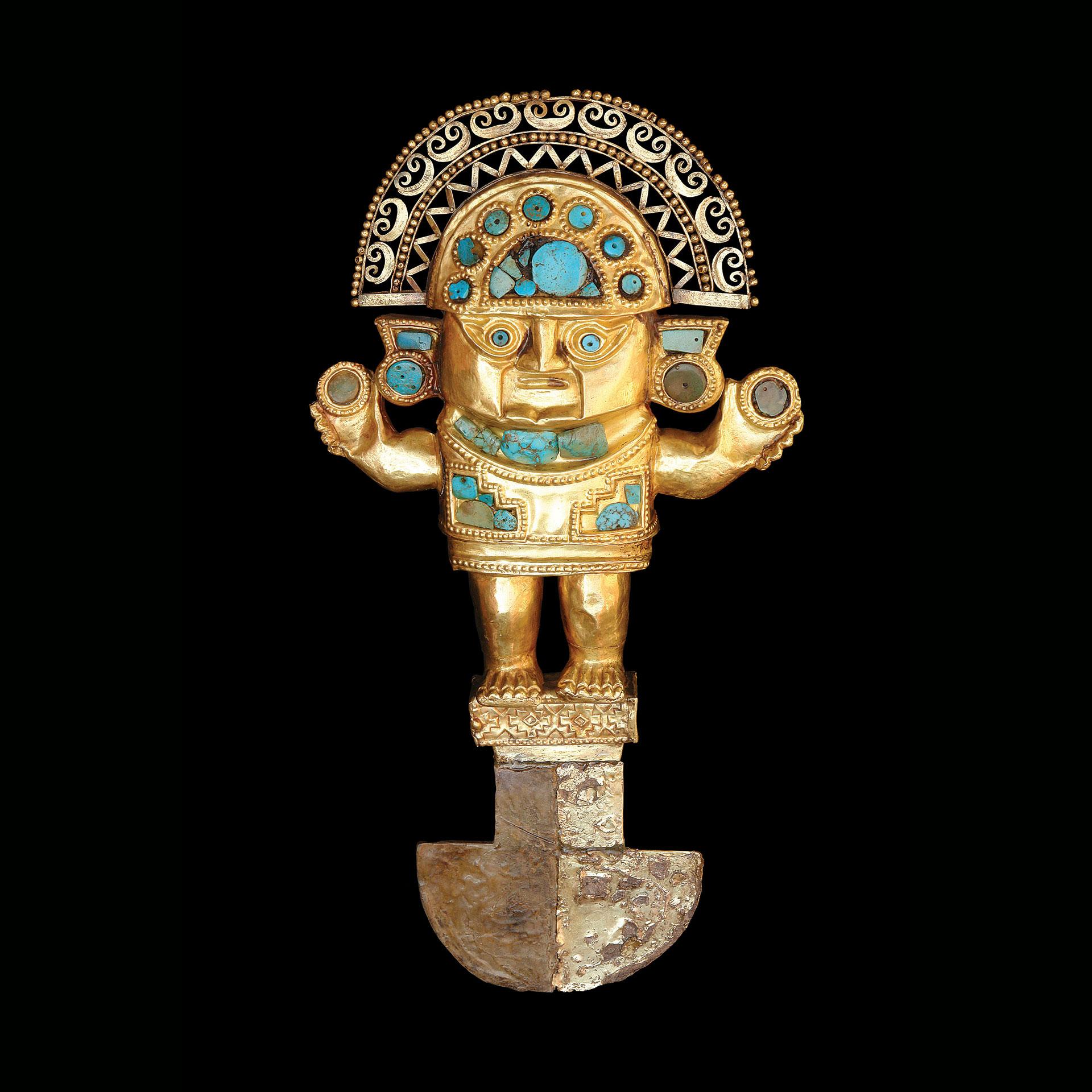 Cuchillo Tumi de oro con representación antropomorfa sobre pedestal y tocado en media luna. Cultura Lambayeque.